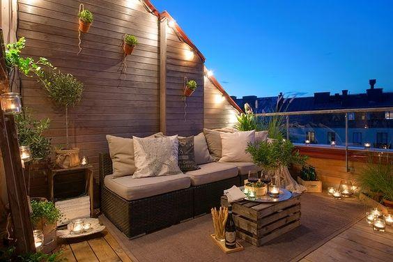 decoracion-terraza-luces-macetas-madera